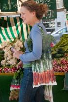 Sac à carottes multicolores porté - Maron Bouillie Un petit tour au marché - sacs à courses